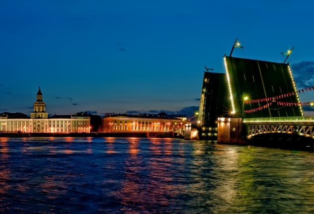 Nachtkreuzfahrt auf den Brücken von St. Petersburg