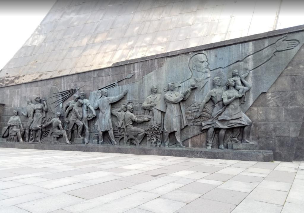 Denkmal für die Eroberer des Weltraums in Moskau - Seitenskulpturen