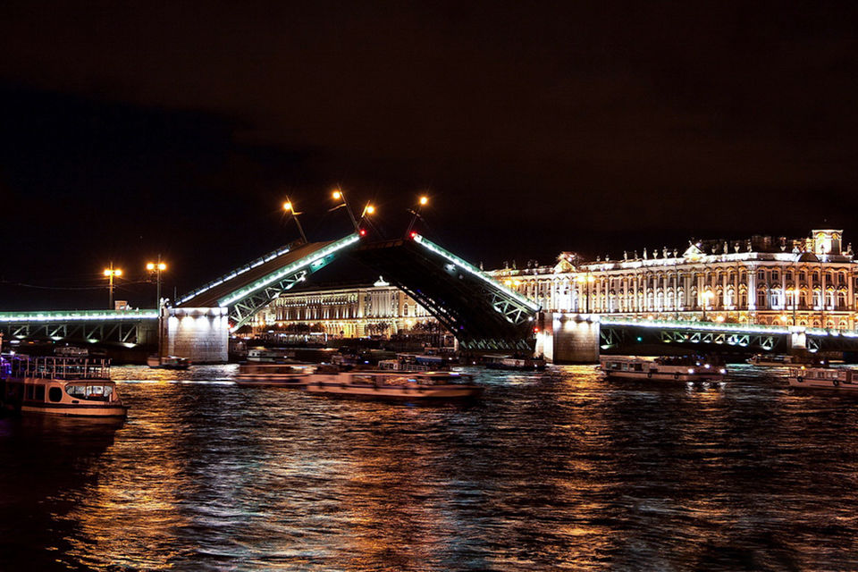 Night boat trip on the drawbridges of Saint Petersburg 2