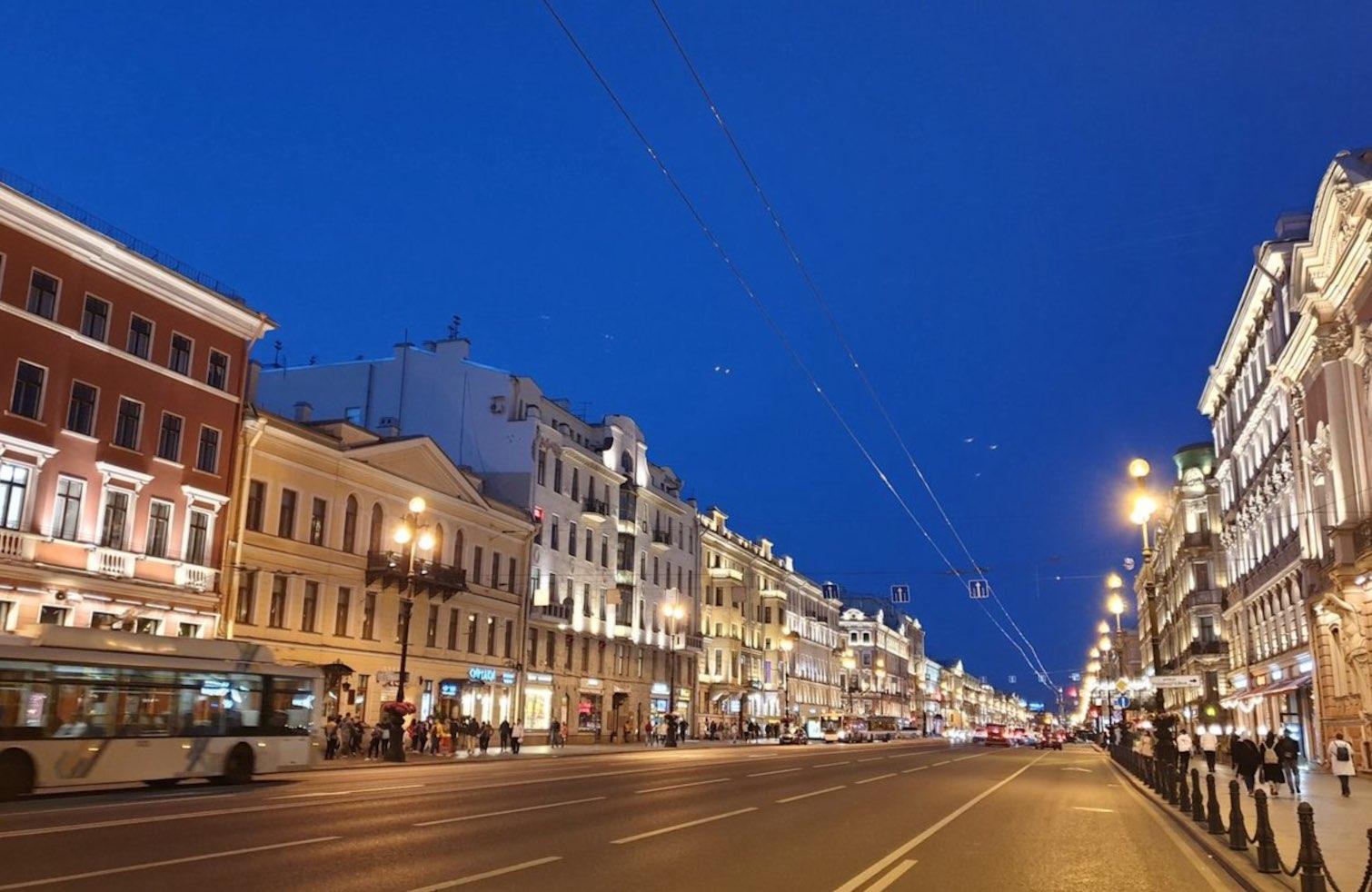 Avenue Nevsky à Saint-Pétersbourg la nuit 2