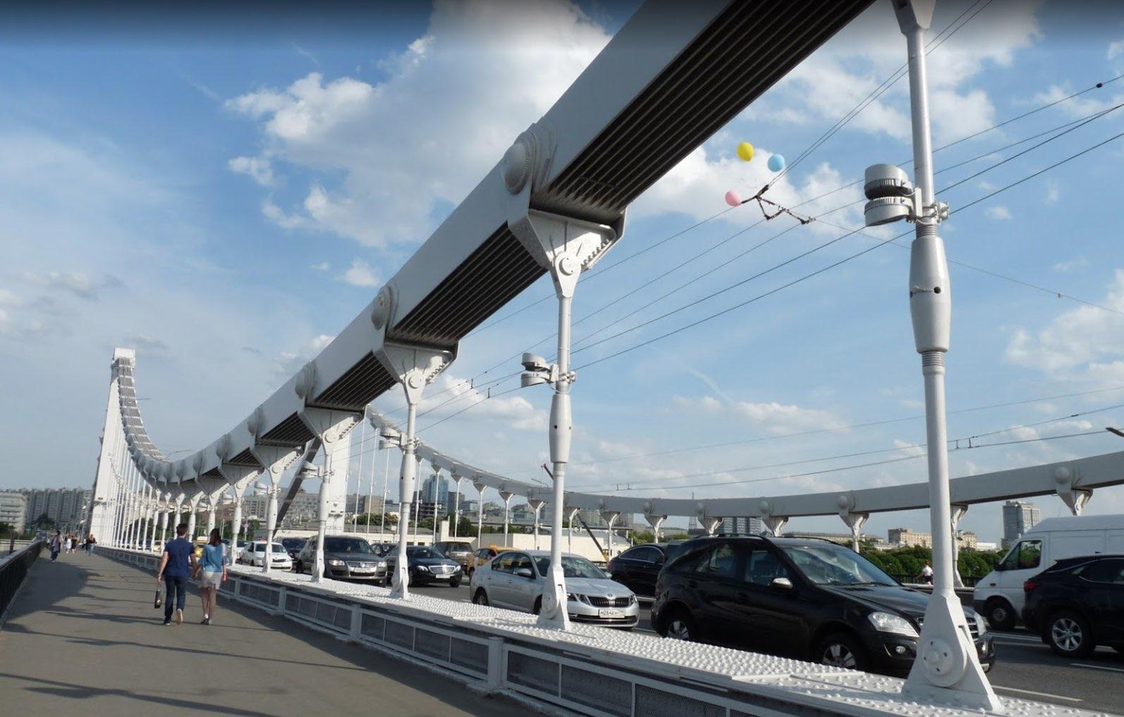 Camminando sul ponte Krymsky di Mosca