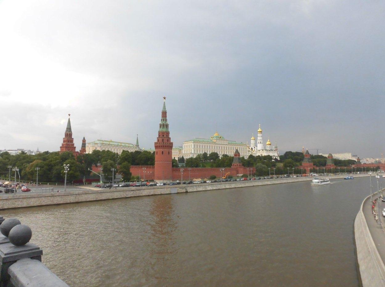 Camminando sul ponte Bolshoi Kamenny