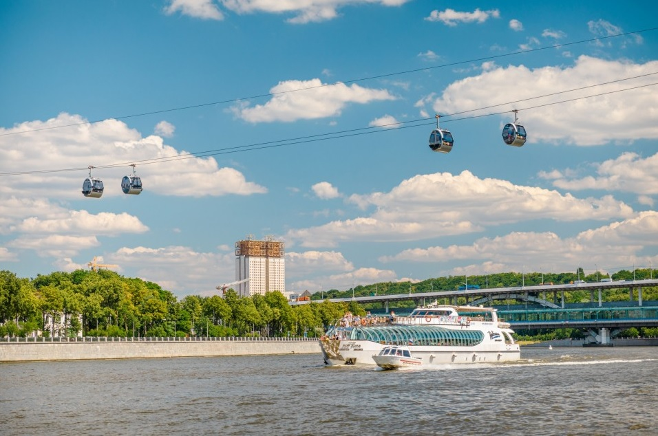 Vorobyovy Gory cable car along the Luzhnetskiy bridge