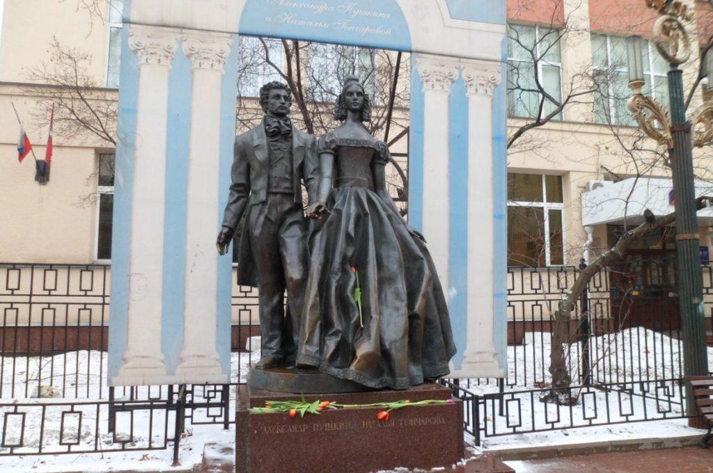 Scultura di Alexander Pushkin e Natalia Goncharova