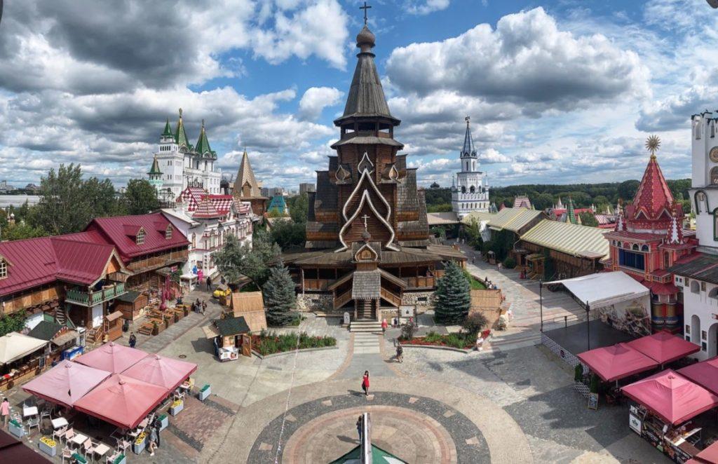 Place centrale et église Saint-Nicolas dans le Kremlin d'Izmaylovo