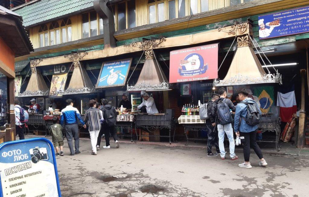 Stands de nourriture de rue au marché d'Izmailovo